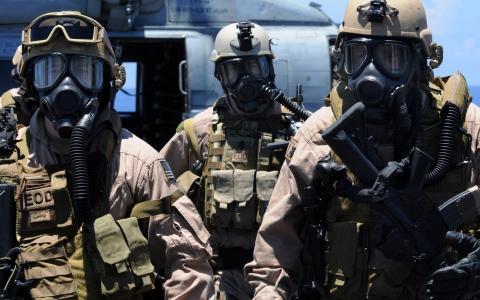 士兵在化学保护面具