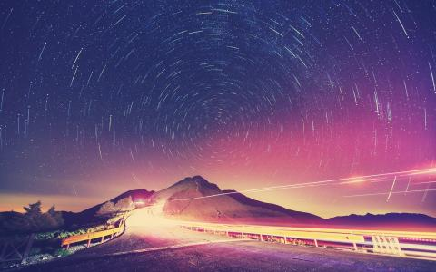夜间星星旋转在山上