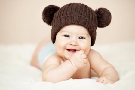 微笑宝贝棕色针织的帽子