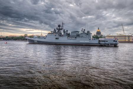 大俄罗斯护卫舰上将马加洛夫在水面上