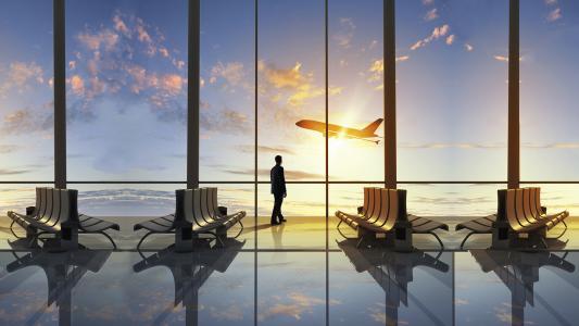 一个男人在起飞机上向窗外望去