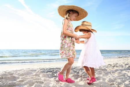 两个小女孩在沙滩上跳舞