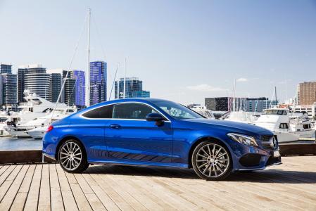反对城市背景的蓝色汽车奔驰车C205