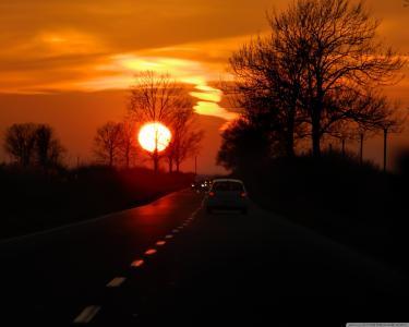 在路上的红色夕阳