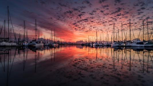 傍晚唯美夕阳下的游艇