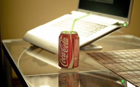 在桌上的可口可乐