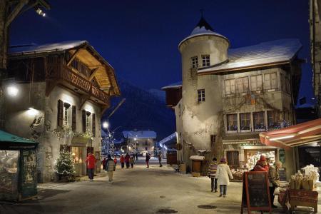 在萨摩扬,法国滑雪胜地的晚上灯光