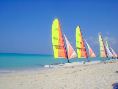 游艇在古巴圣玛丽亚岛度假胜地的沙滩上