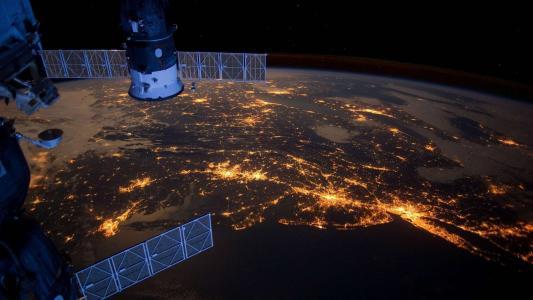 地球在晚上与国际空间站