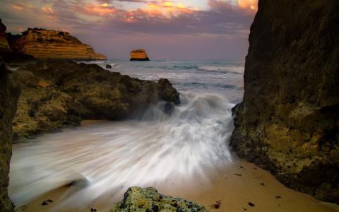 溅在沙滩上的波浪