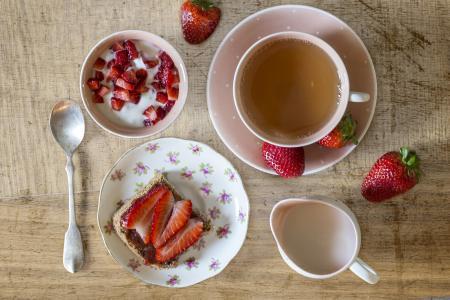 美味的早餐,草莓和茶
