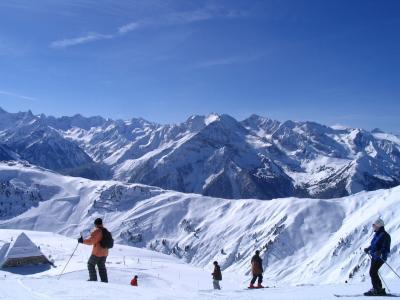 在轨道上的滑雪者在迈尔霍芬,奥地利滑雪胜地