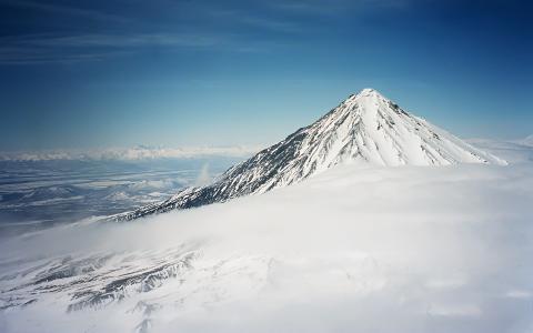 云顶上的白雪覆盖的山峰