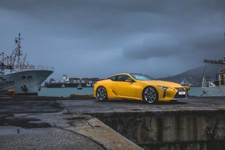 在港口的黄色跑车雷克萨斯LC 500