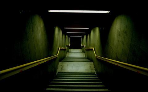 通向黑暗的阶梯