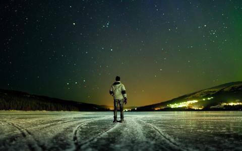 一个在冰上看着星星的男人
