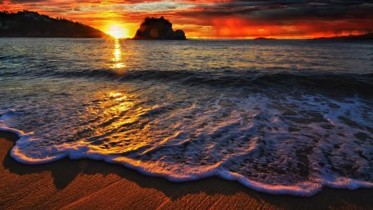 泡沫波在日落时分