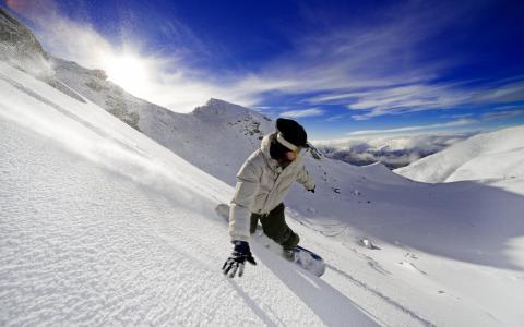 下滑的滑雪者