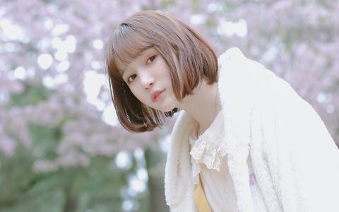 甜美粉嫩短发美女户外写真