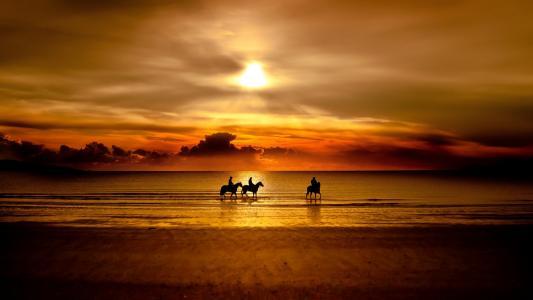 骑马沿着海滩