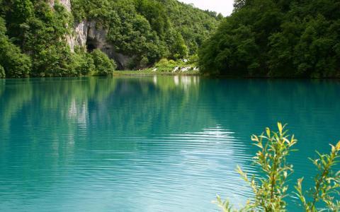 蓝色的湖在夏天
