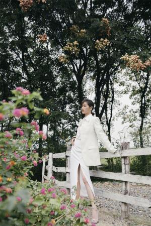 万茜开叉长裙优雅写真