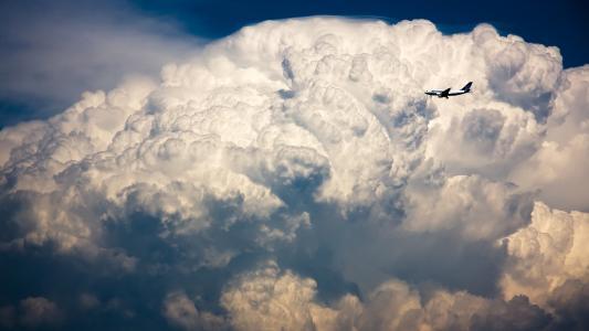 飞机在风暴云