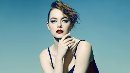 女演员埃玛斯通明亮的红色眼睛