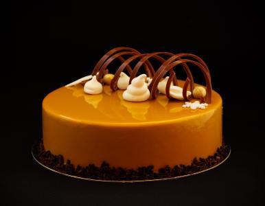 设计师蛋糕用黑色背景上的巧克力