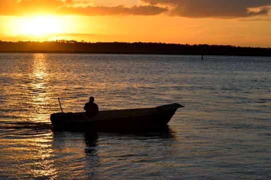 海上斜阳下的渔船