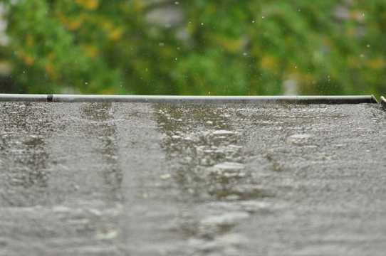 在屋顶上跳跃的雨滴